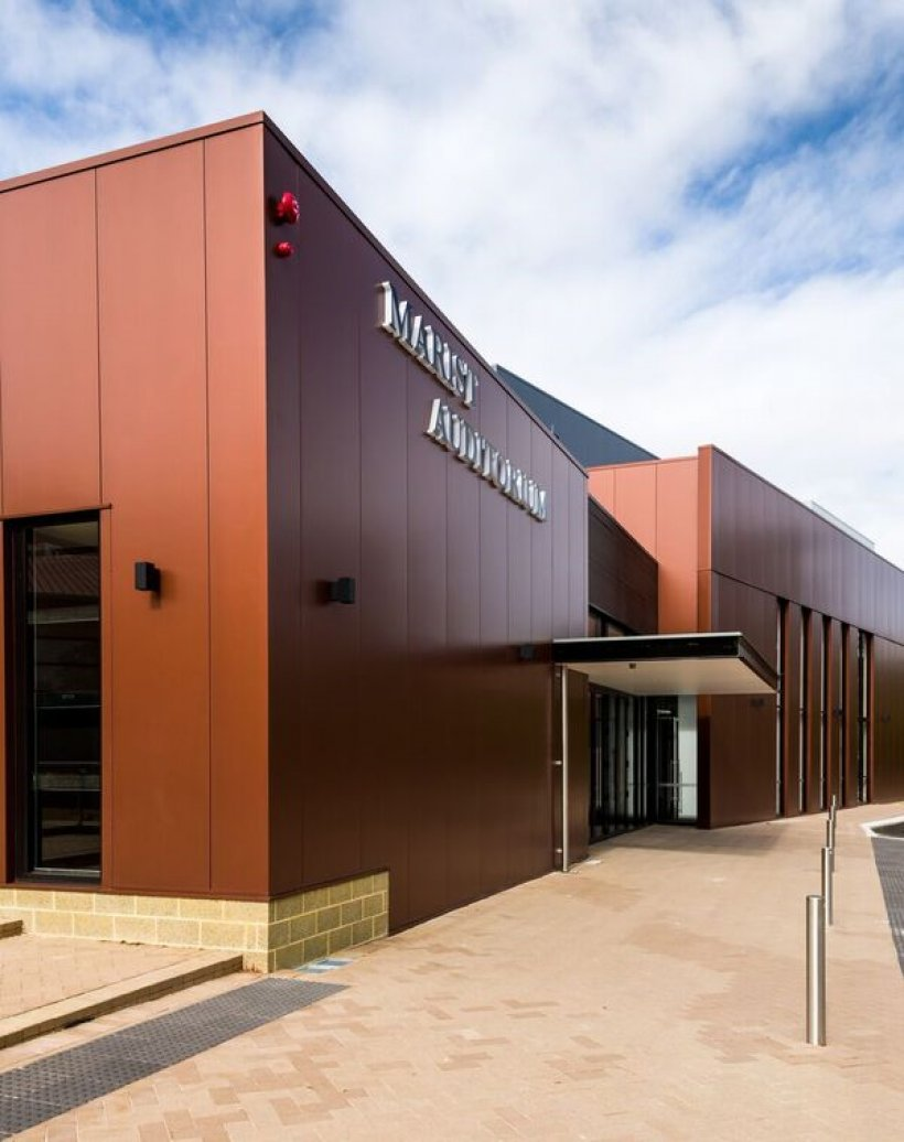 Kingspan BENCHMARK Evolution insulated panels made from COLORBOND® Metallic steel in the colour Aries® help protect the building from heat load